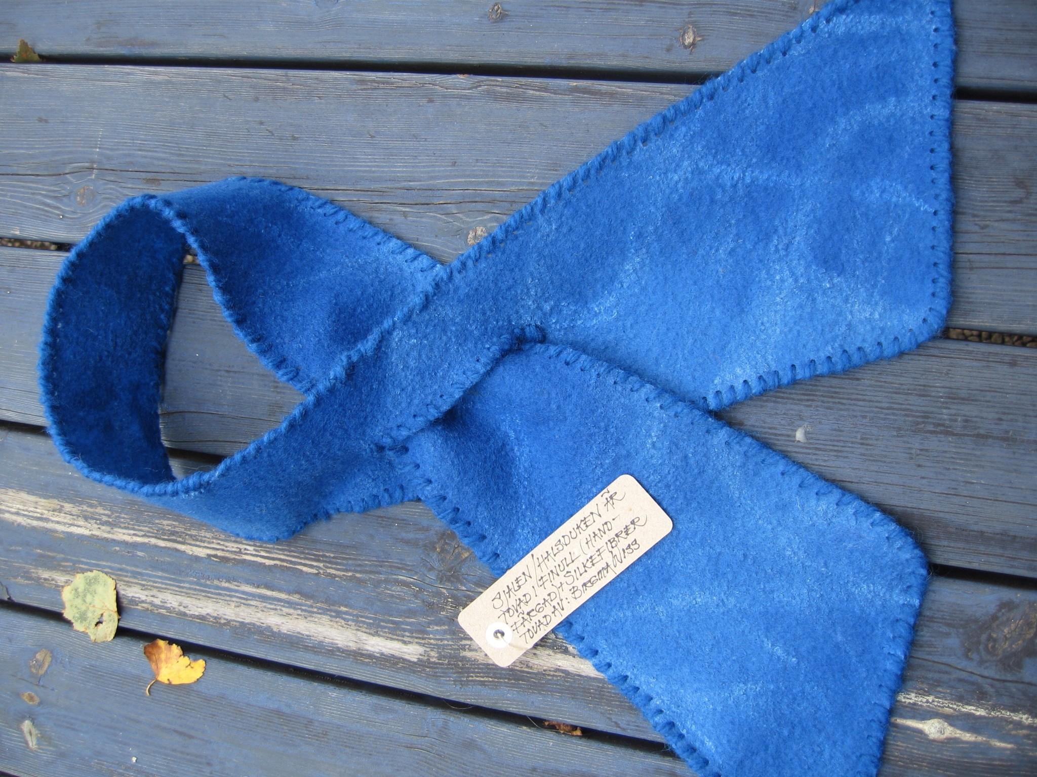Halsduk i finull med silkeinslag, handfärgad